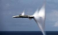 Avião supersônico.
