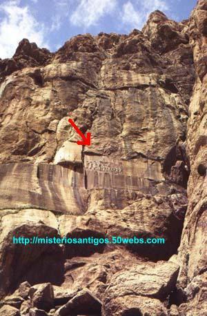 Indicação da inscrição no Monte Behistun, a 100 metros de altura.