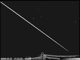 Trajetória retilínea do meteoro traça uma hipotenusa na tela.