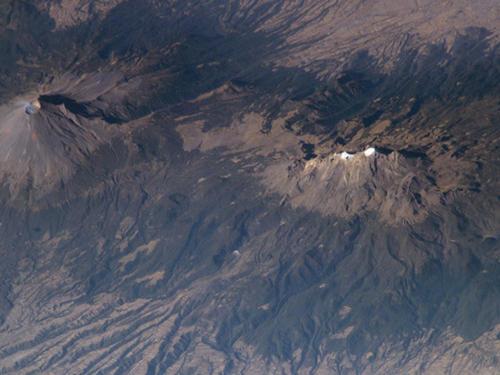 Vulcões Popocatepetl e Iztaccíhuatl, no México.